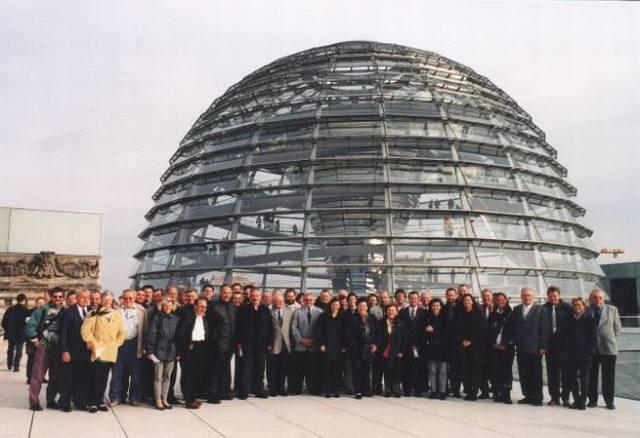 Mit einer Besucherdelegation in Berlin dabei: Vertreter der Bürgeraktion vor der Kuppel des Reichtstaggebäudes.