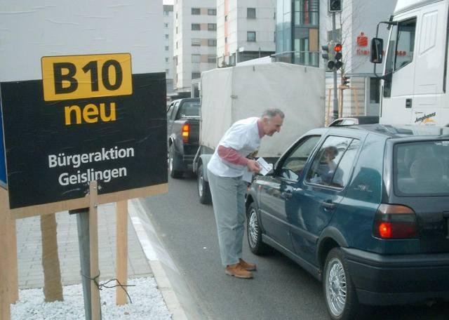 Protestkarten-Verteilung an Autofahrer am Geislinger Sternplatz